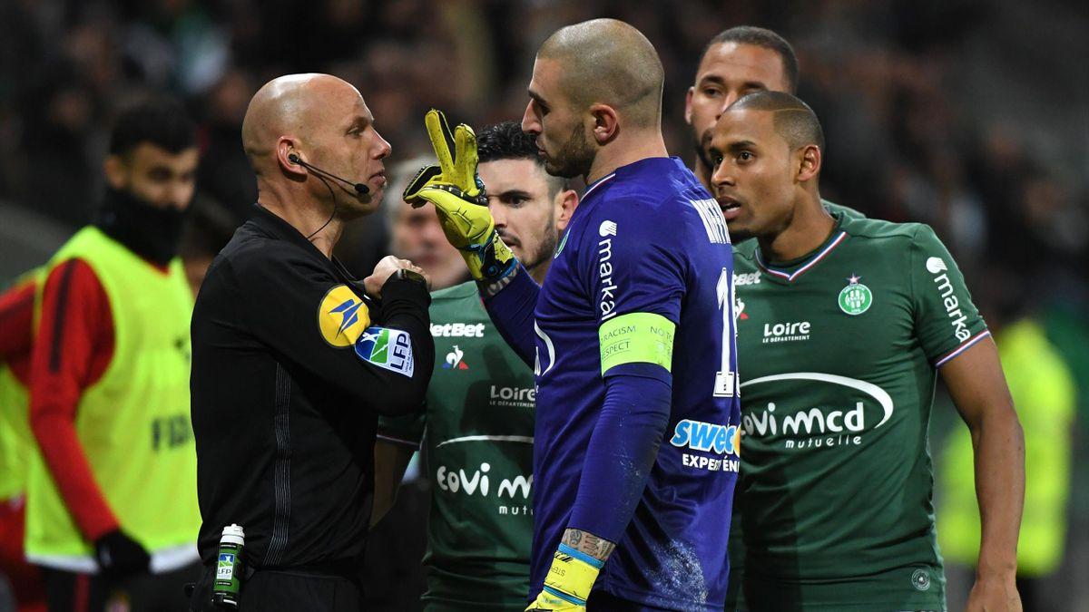 L'arbitre s'apprête à expulser Stéphane Ruffier lors de la défaite de Saint-Etienne face à Monaco