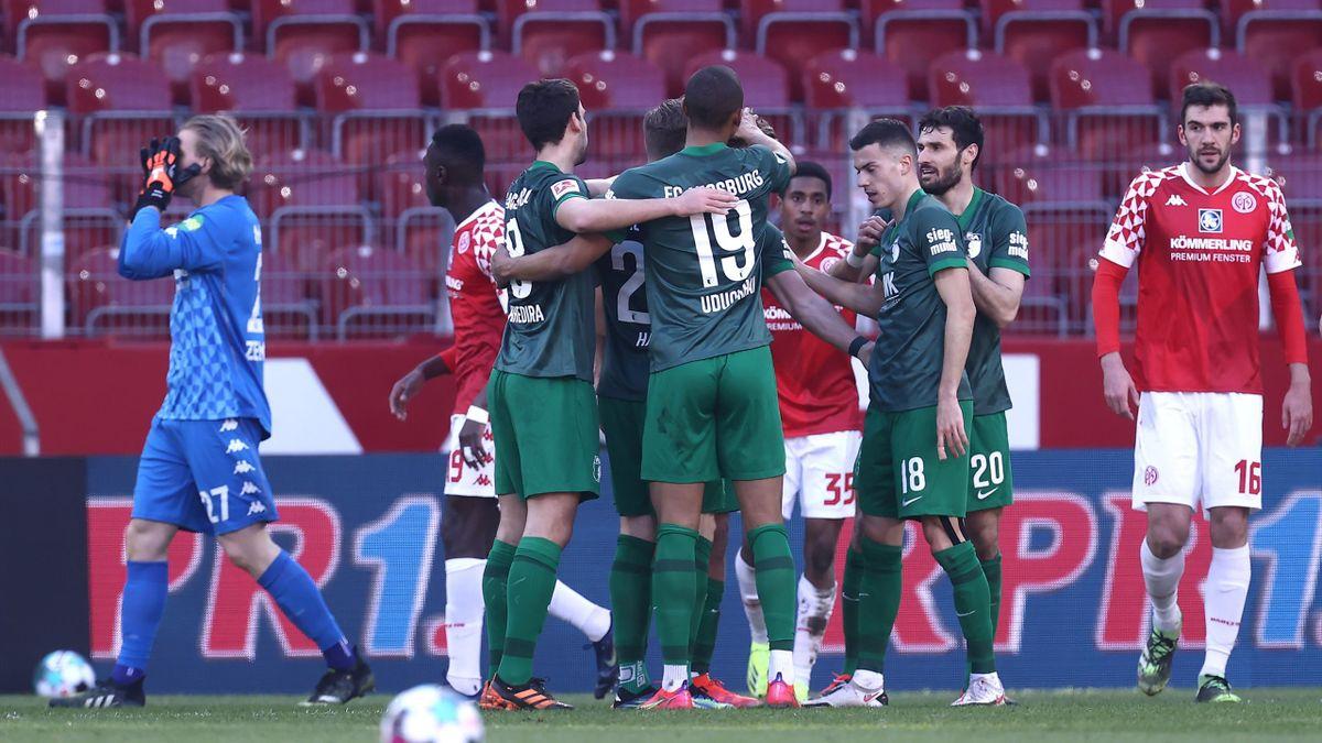 Der FC Augsburg jubelt über den Führungstreffer gegen Mainz 05.