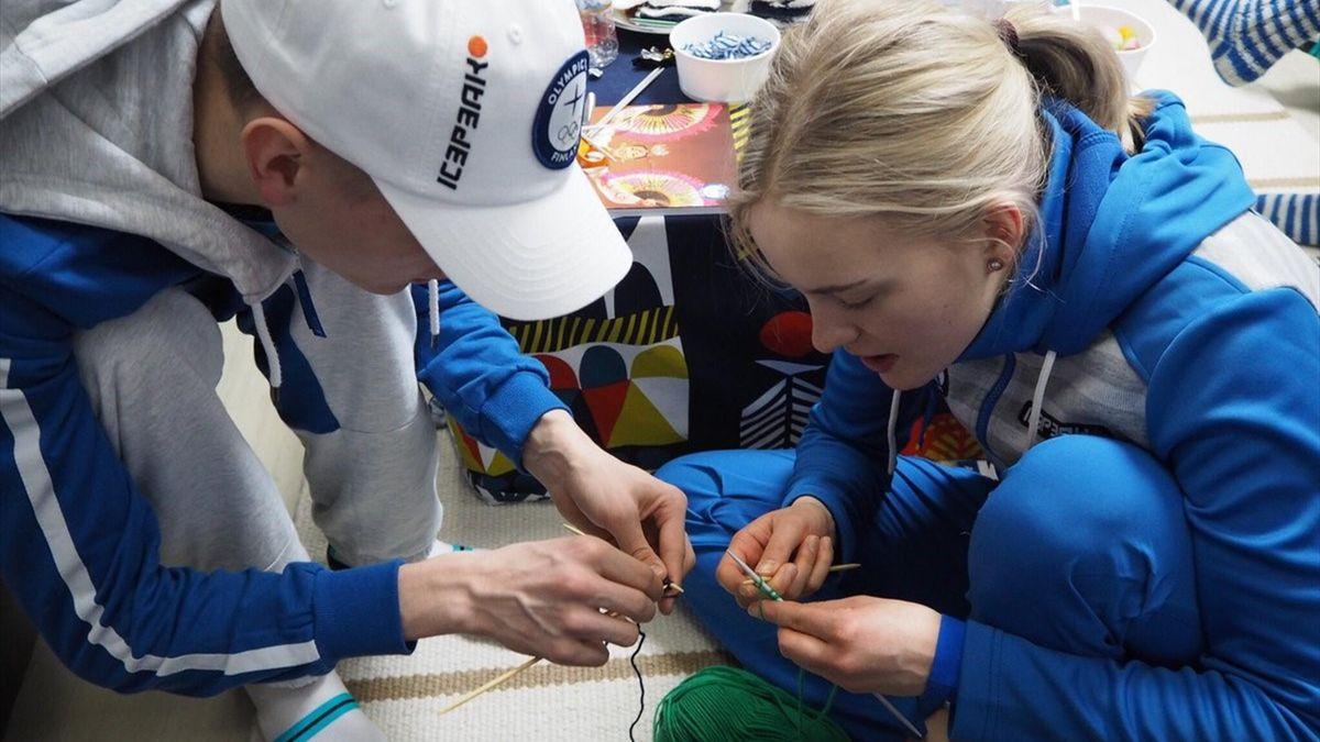 Финского тренера застукали за вязанием. Теперь вся финская команда вяжет одеяло
