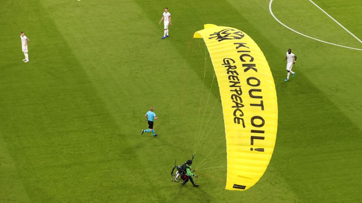 l'ULM Greenpeace qui a failli se crasher en tribunes avant France - Allemagne