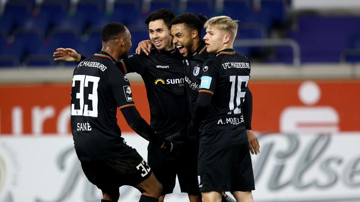 Die Spieler des 1. FC Magdeburg bejubeln den Sieg gegen den MSV Duisburg