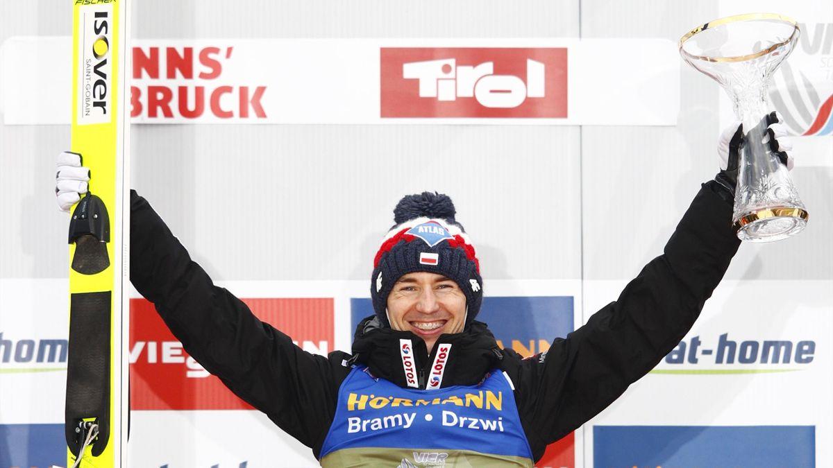 Kamil Stoch savoure sa victoire lors du concours à Innsbruck lors de la Tournée des 4 Tremplins