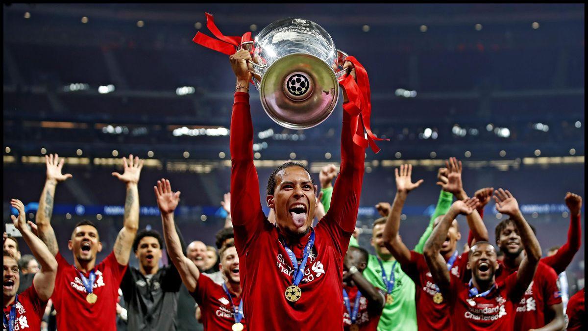 Virgil van Dijk, ridicând trofeul Ligii Campionilor