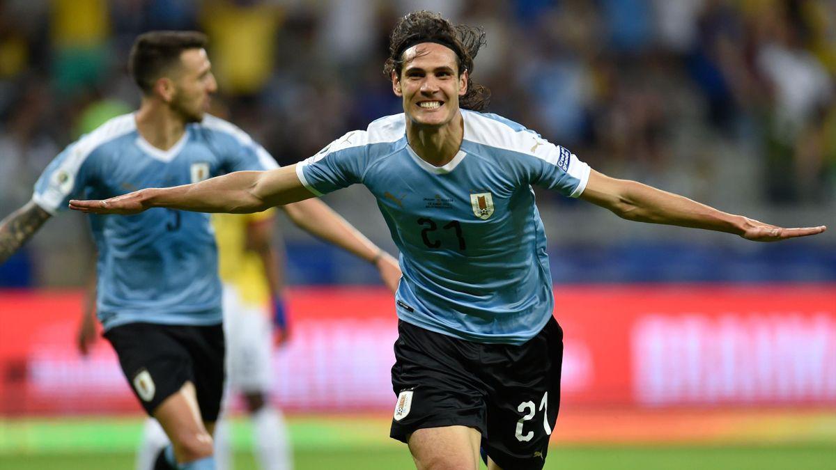 Cavani esulta dopo aver segnato in Uruguay-Ecuador