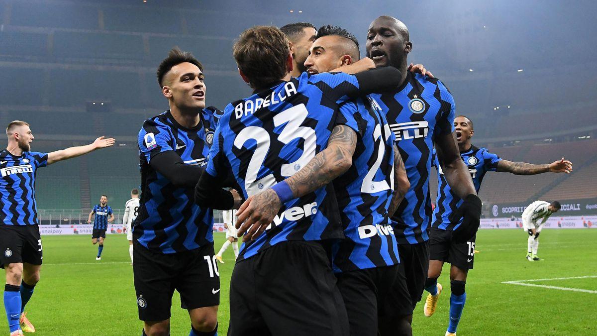 Arturo Vidal festeggia insieme ai compagni il gol alla Juventus, Inter-Juventus, Serie A 2020-21, Getty Images