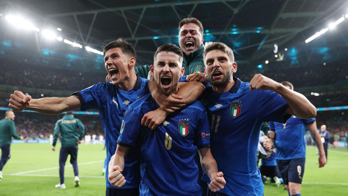 TOPSHOT - Italy's midfielder Jorginho (C) celebrates with teammates after scoring in a penalty shootout and winning the UEFA EURO 2020 semi-final football match between Italy and Spain at Wembley Stadium in London on July 6, 2021. (