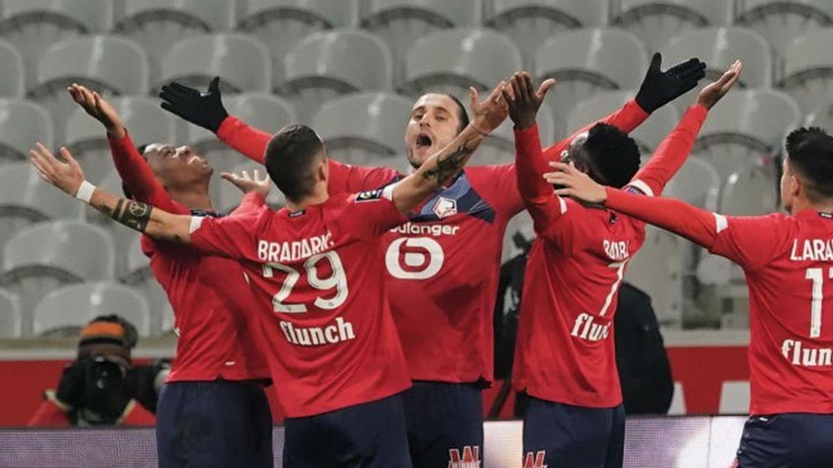 Yusuf Yazici célébré par ses coéquipiers après son but pour Lille contre Dijon en Ligue 1 le 31 janvier 2021