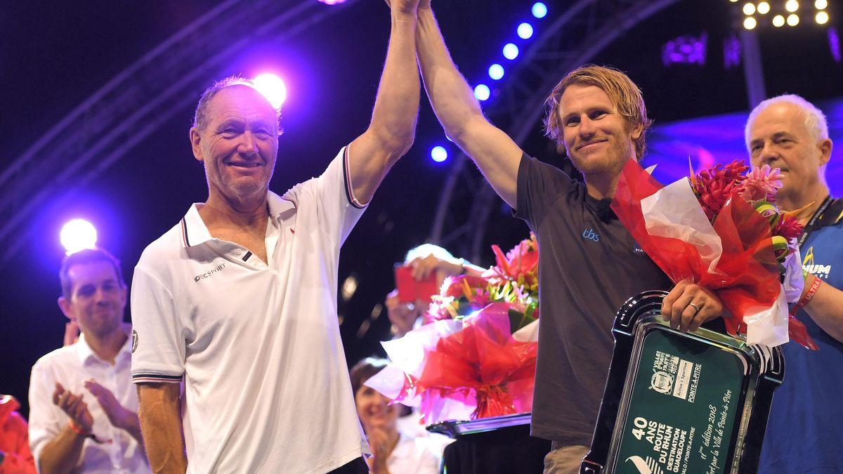 Francis Joyon et François Gabart main dans la main après leur lutte acharnée pour remporter la Route du Rhum