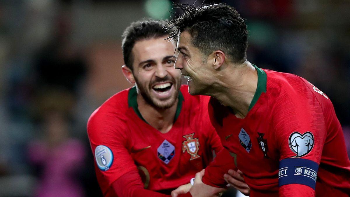 Bernardo Silva félicite Cristiano Ronaldo, auteur d'un triplé face à la Lituanie