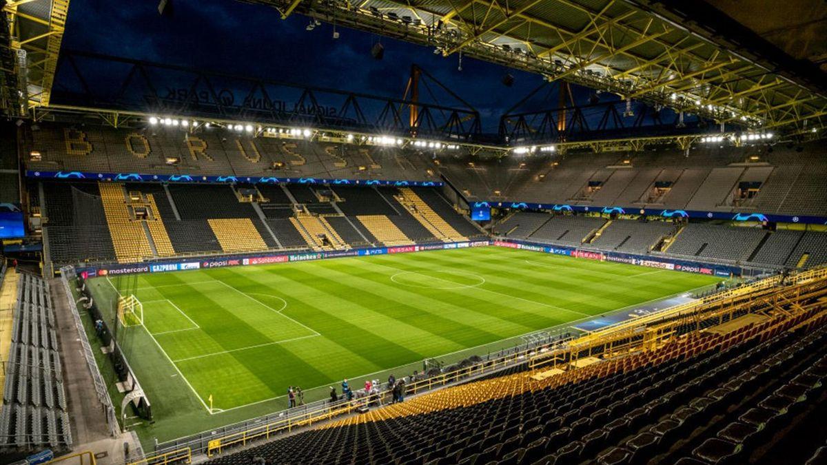 Nach den Beschlüssen der Bundesregierung werden die Tribünen der Fußball-Stadien, wie hier der Signal Iduna Park, den ganzen November über leer bleiben