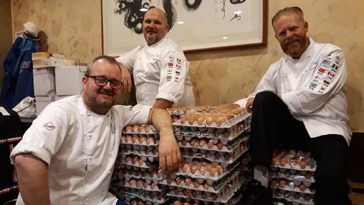 Fra venstre OL-kokkene Ståle Berge, Ståle Johansen og Trond Skogvoll bestilte 1500 egg, men fikk 15000 egg.