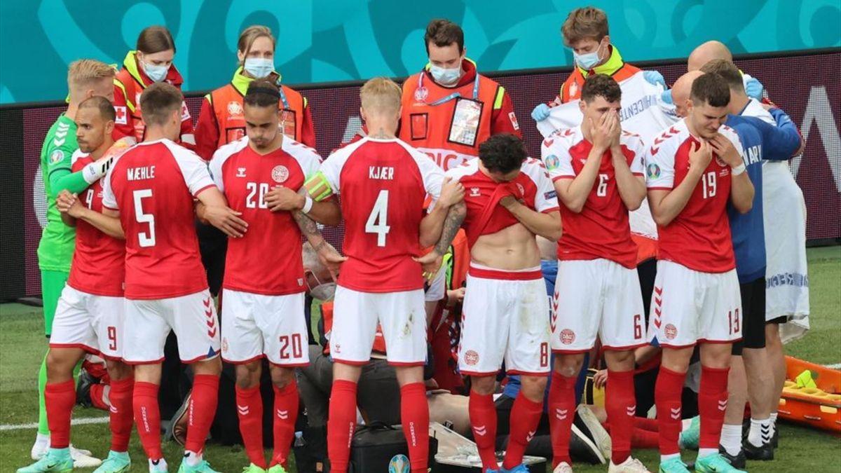 Giocatori della Danimarca disperati dopo un malore accusato da Eriksen - Europei 2021