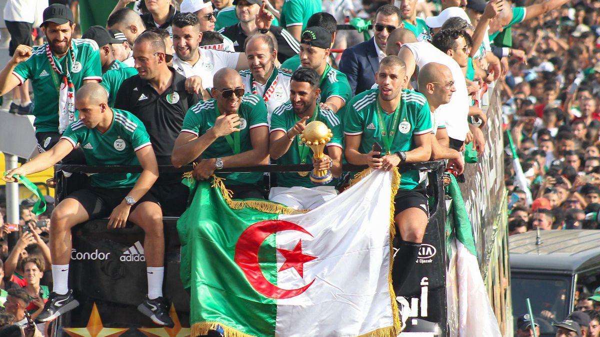 Algeria's midfielder Sofiane Feghouli, goalkeeper Izzeddine Doukha, midfielder Riyad Mahrez, and forward Islam Slimani greet their fans