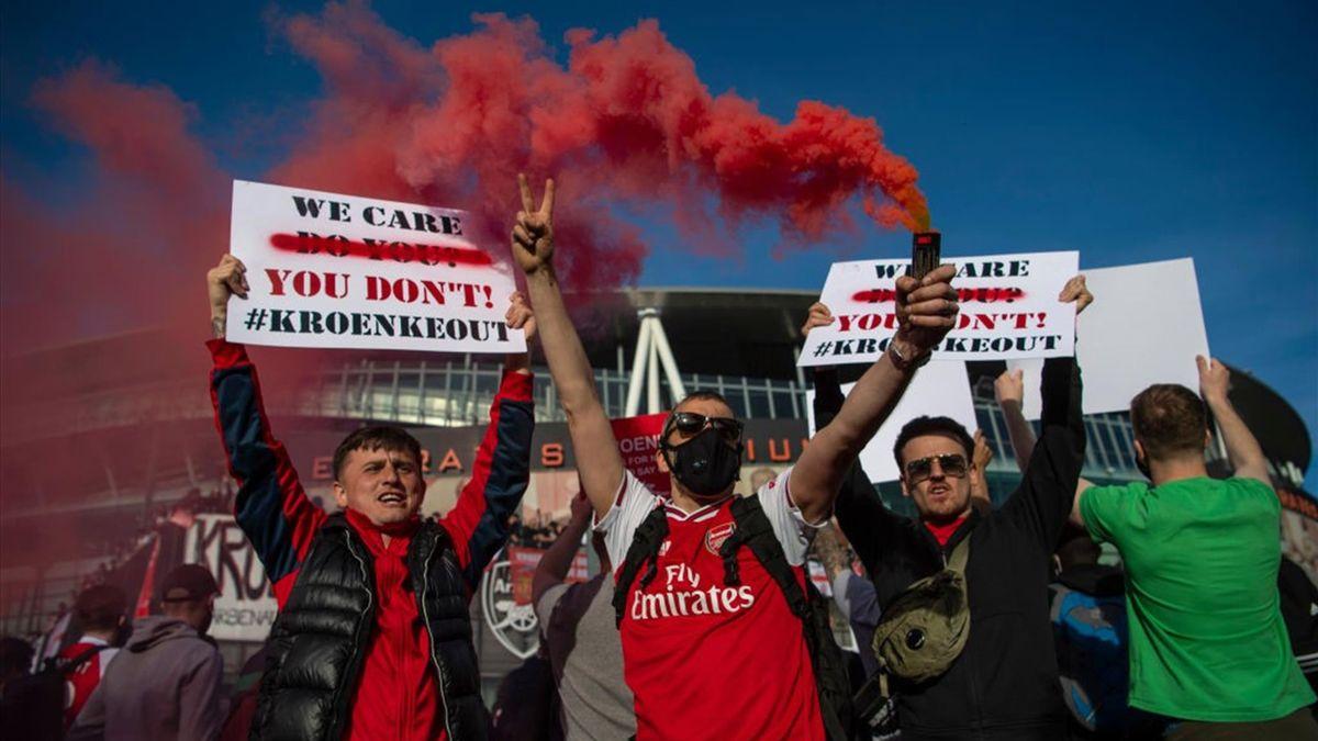I tifosi dell'Arsenal protestano contro la Superlega e contro la proprietà, la Kroenke Sports & Entertainment