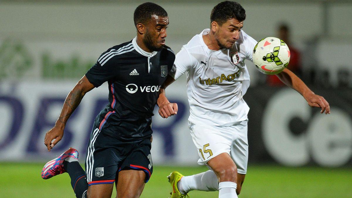 Alexandre Lacazette (Lyon) face à Cristian Oros (FC Astra)