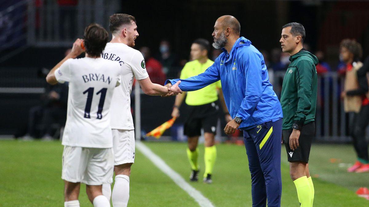 Nuno Espirito Santo talks to Pierre-Emile Hojbjerg, Rennes v Tottenham, Europa League, Roazhon Park, Rennes, September 16, 2021