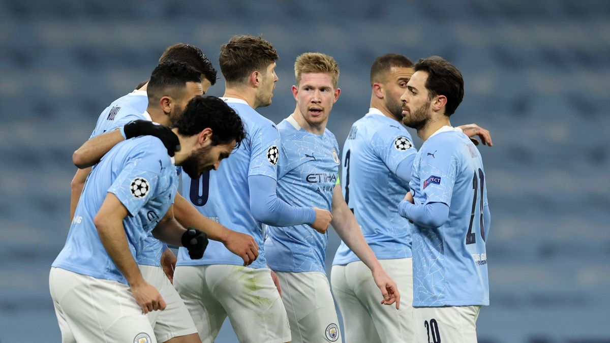 Kevin De Bruyne of Manchester City (C) celebrates with teammates after scoring their team's first goal during the UEFA Champions League Quarter Final match between Manchester City and Borussia Dortmund at Etihad Stadium on April 06, 2021 in Manchester, En