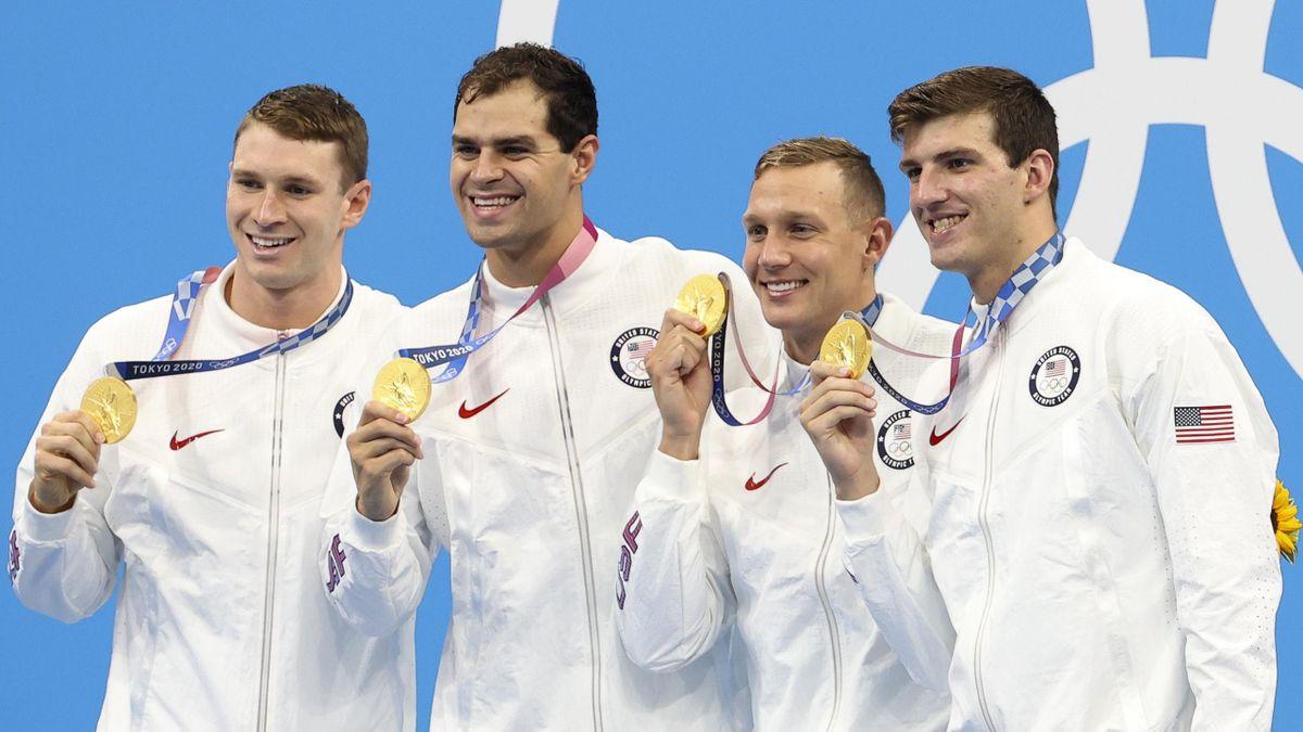 Das Schwimmteam der USA mit Goldmedaillen