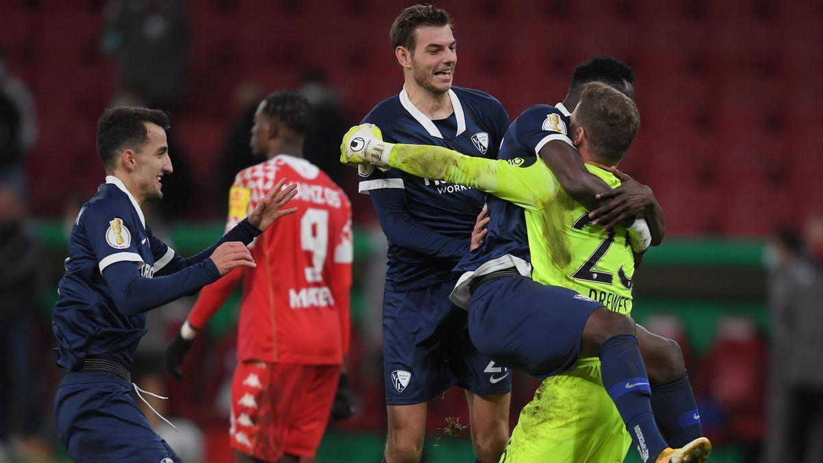 Die Bochumer jubeln mit Ersatztorwart Patrick Drewes nach dem gewonnen Elfmeterschießen gegen den 1. FSV Mainz 05