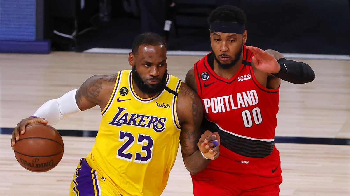 LeBron James in azione contro Carmelo Anthony durante i playoff NBA 2020 tra Los Angeles Lakers e Portland Trail Blazers