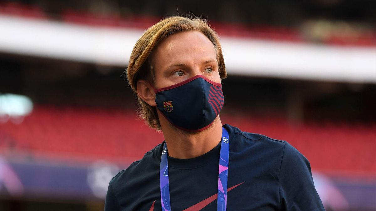 Ivan Rakitic of FC Barcelona looks on during a pitch inspection prior to the UEFA Champions League Quarter Final match between Barcelona and Bayern Munich at Estadio do Sport Lisboa e Benfica on August 14, 2020 in Lisbon, Portugal