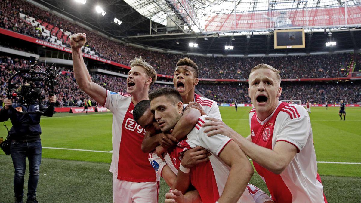 Dusan Tadic of Ajax celebrates 2-1 with Frenkie de Jong of Ajax, David Neres of Ajax, Hakim Ziyech of Ajax, Donny van de Beek of Ajax during the Dutch Eredivisie match between Ajax v PSV at the Johan Cruijff Arena on March 31, 2019 in Amsterdam Netherland