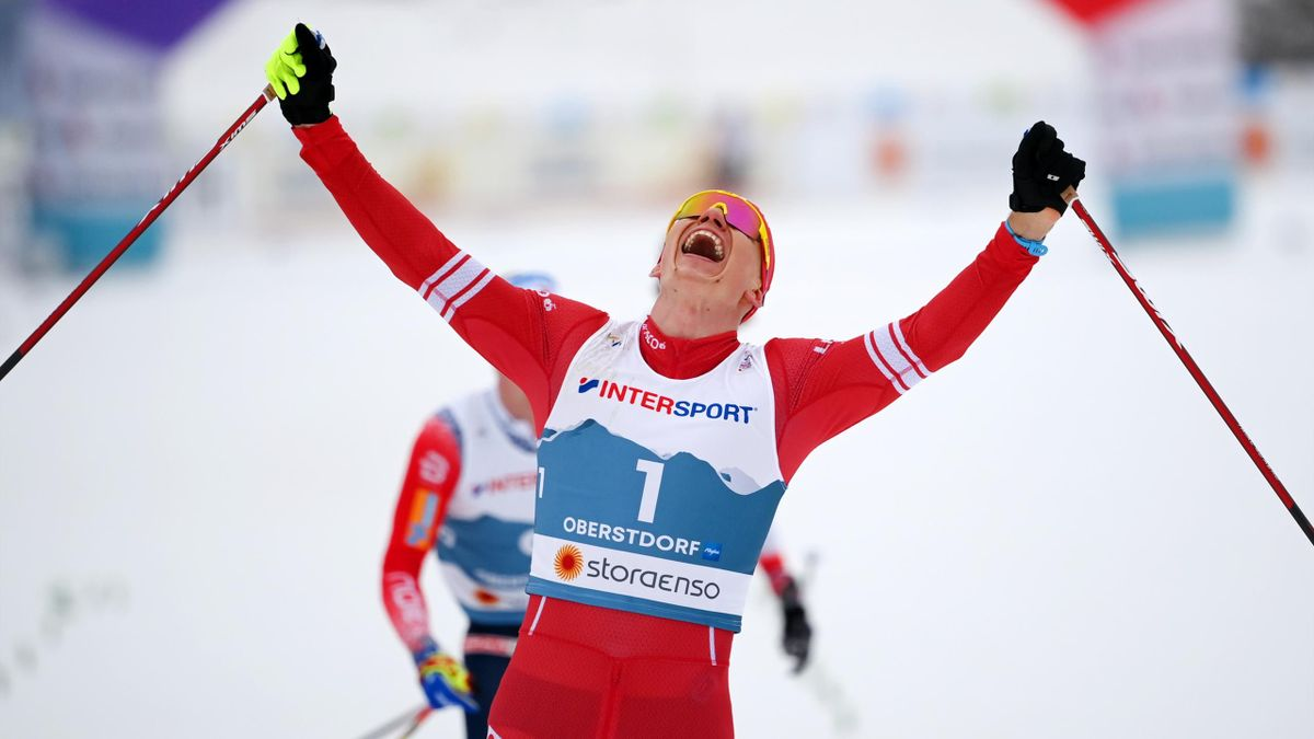 Alexander Bolschunow jubelt über seinen WM-Sieg im Skiathlon über 30 km in Oberstdorf