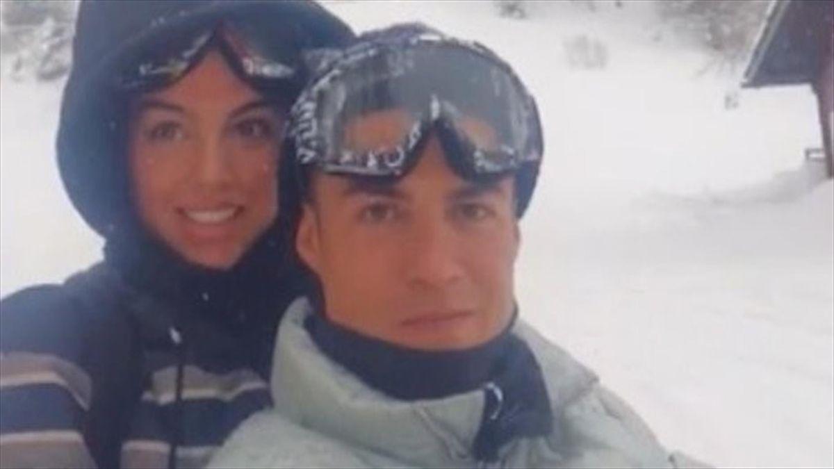 Cristiano Ronaldo insieme a Georgina Rodriguez sulla neve: immagine postata su Instagram e poi rimossa dall'asso portoghese