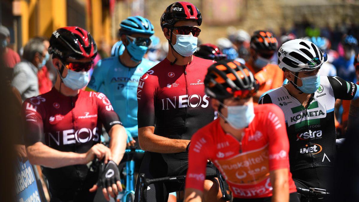 Le masque en plus du casque dans la zone de départ : le cyclisme version 2020.