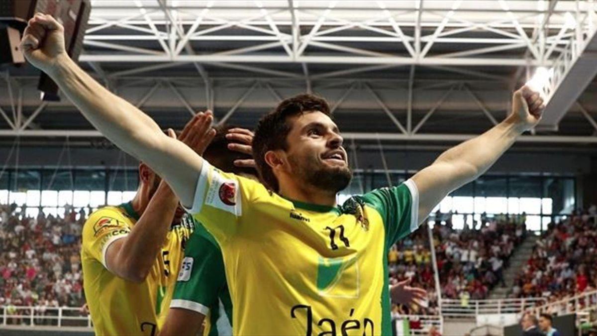 Dani Martín celebra un gol con el Jaén