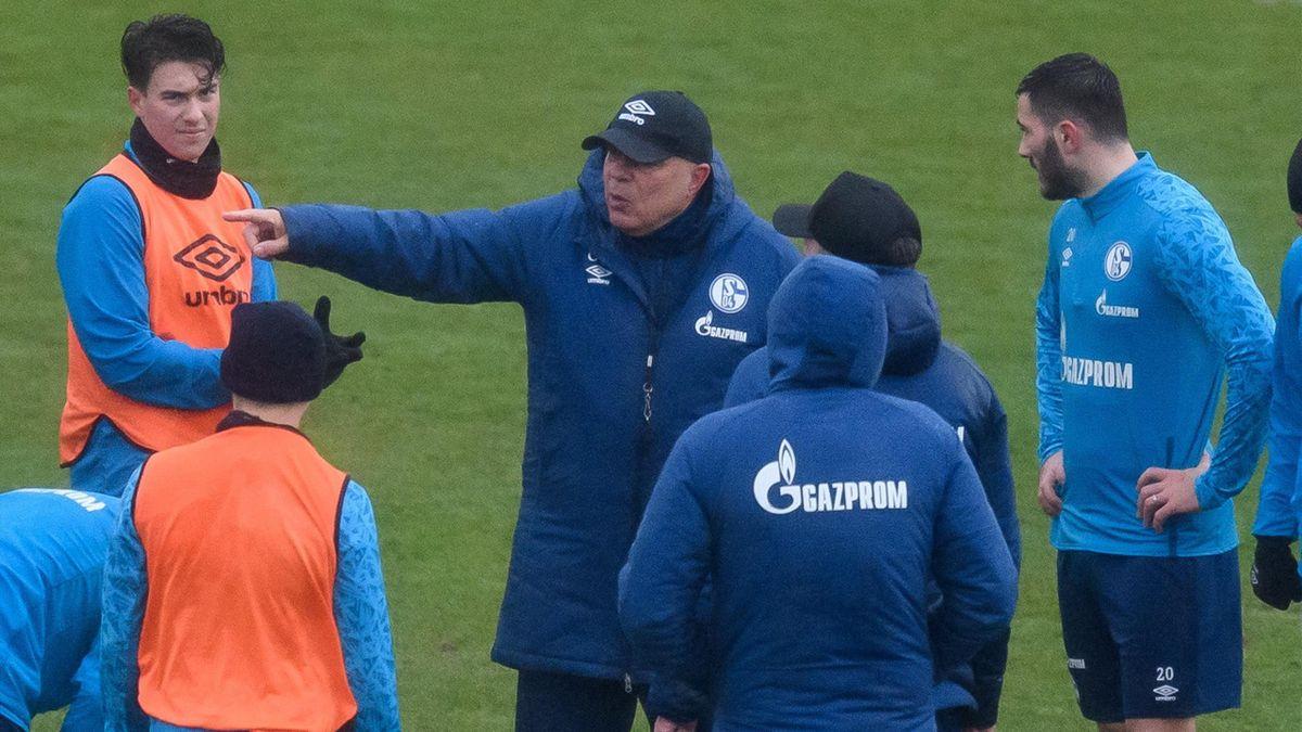 Schalke-Trainer Christian Gross hält eine Ansprache an seine Mannschaft