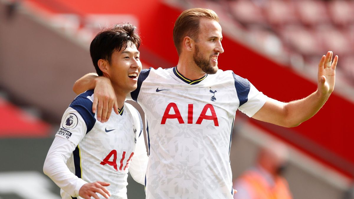 Tottenham Hotspur's South Korean striker Son Heung-Min celebrates with Tottenham Hotspur's English striker Harry Kane (R) after scoring his and their third goal during the English Premier League football match between Southampton and Tottenham Hotspur
