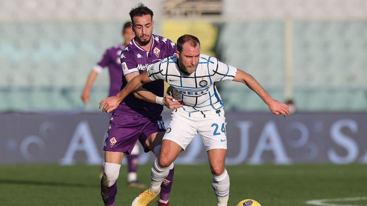 Christian Eriksen difende palla dal pressing di Gaetano Castrovilli - Fiorentina-Inter Coppa Italia 2020-21
