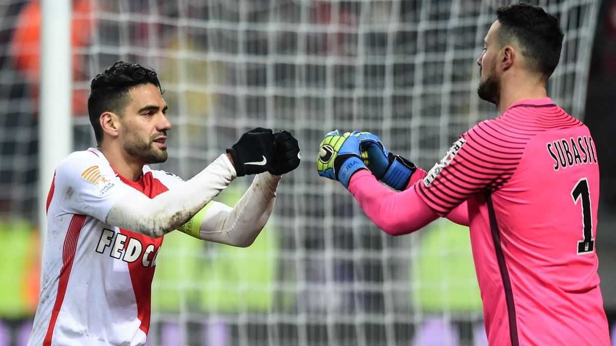 Monaco's Colombian forward Radamel Falcao (L) congratulates Monaco's Croatian goalkeeper Danijel Subasic (R) after penalty kicks during the French League Cup football match between Sochaux (FCSM) and Monaco (ASM) on January 10, 2017 at Auguste Bonal Stadi