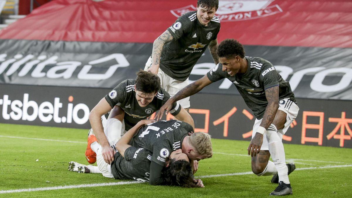 Die Spieler von Manchester United bejubeln das 3:2-Siegtor von Edinson Cavani (am Boden liegend) beim FC Southampton