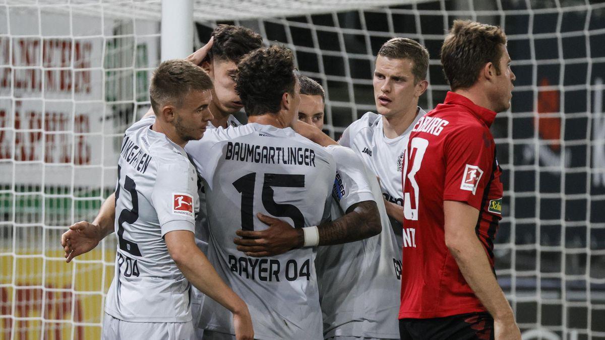 Les joueurs du Bayer Leverkusen congratulent Kai Havertz, buteur à Fribourg en Bundesliga