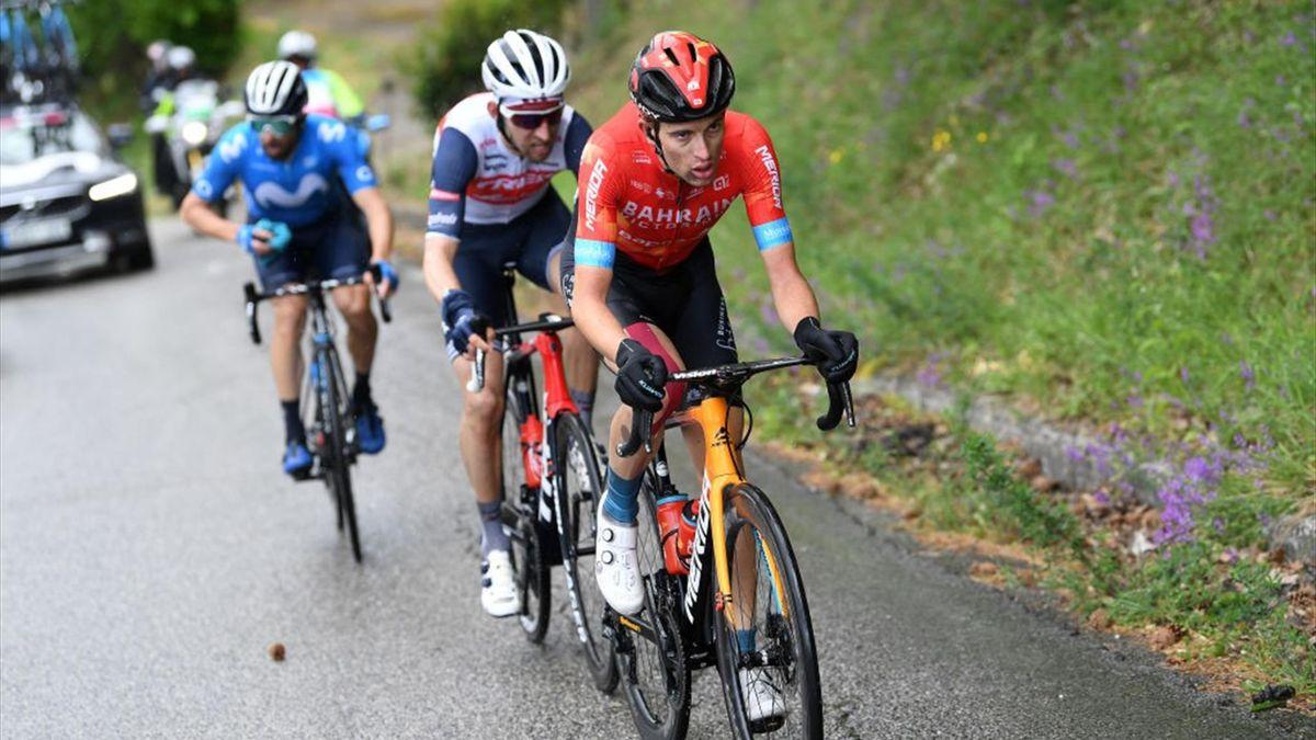 Gino Mäder vom Team Bahrain Victorious (vorne)