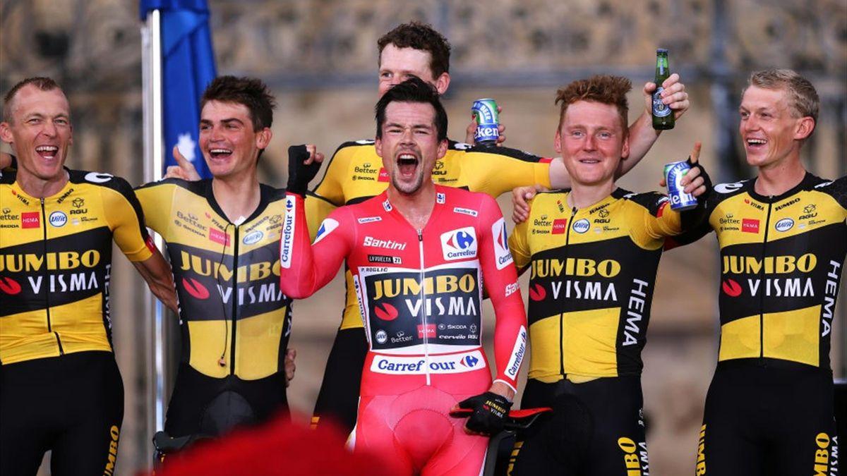 Primoz Roglic (Rotes Trikot) feiert mit seinen Teamkollegen seinen dritten Vuelta-Gesamtsieg in Folge