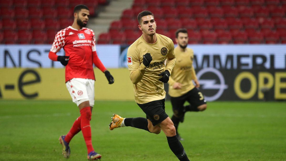 André Silva (vorne) traf doppelt für Eintacht Frankfurt beim Sieg in Mainz