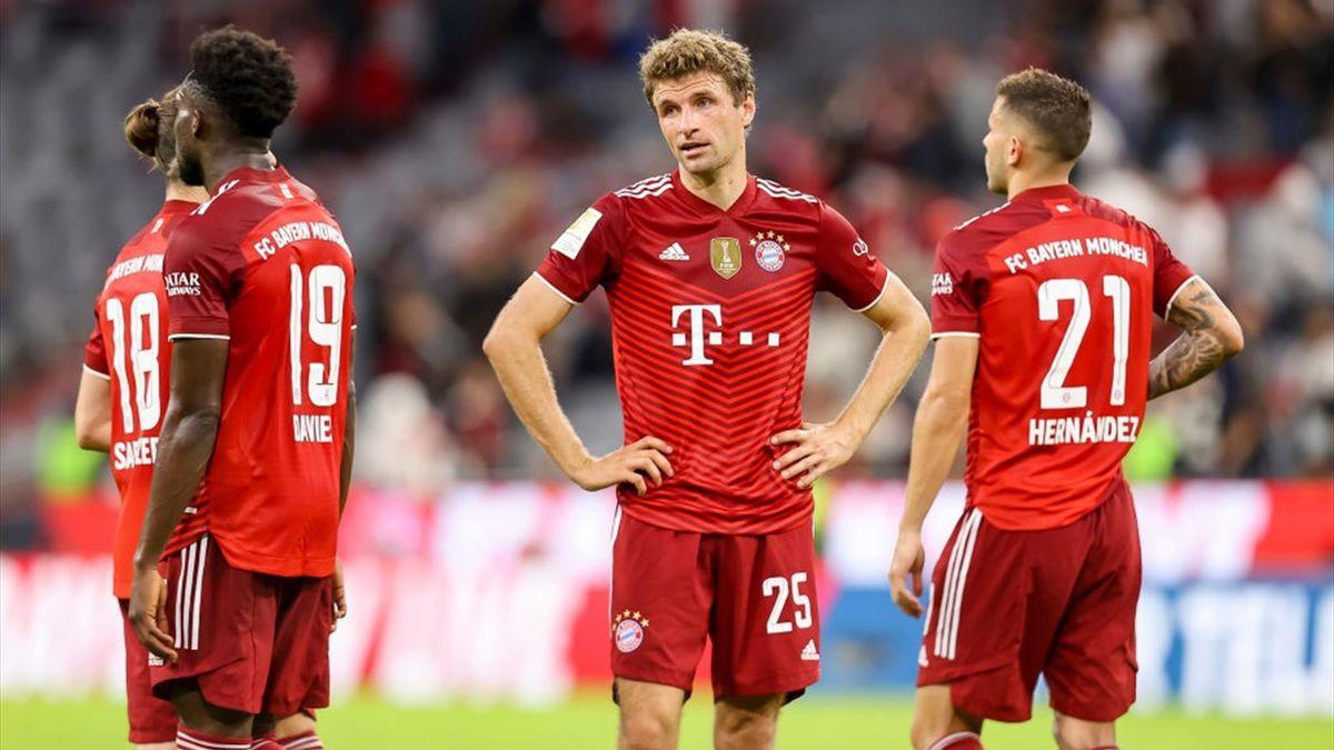La delusione dei giocatori del Bayern Monaco dopo la sconfitta contro l'Eintracht Francoforte - Bundesliga 2021-22