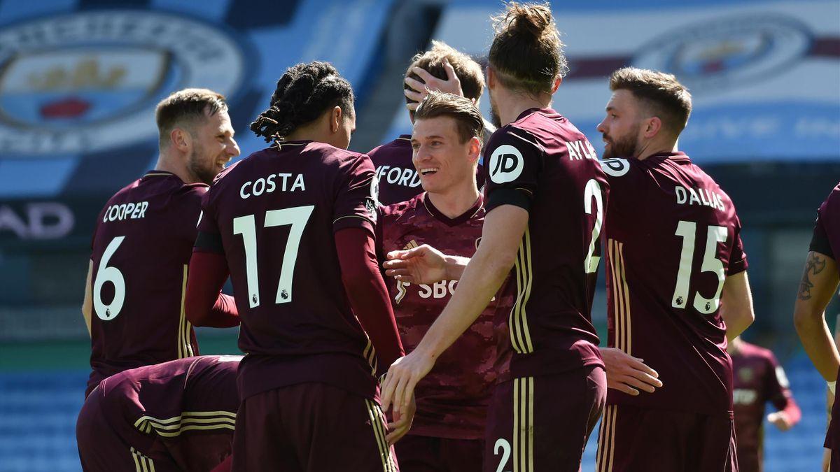 Stuart Dallas of Leeds United celebrates with teammates