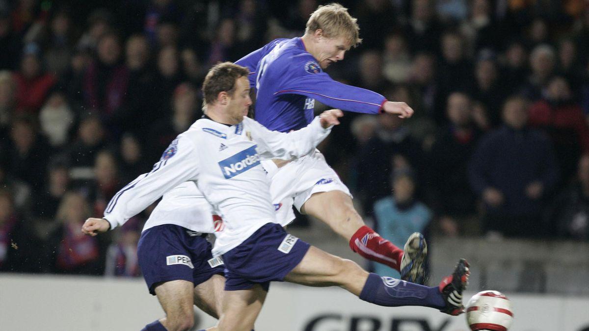 Vålerenga (VIF) - Stabæk 3 - 0 på Ullevaal stadion. Steffen Iversen, VIF, i skuddet mot Stabæks Mike Kjølø tidlig i første omgang på Ullevaal Stadion lørdag.