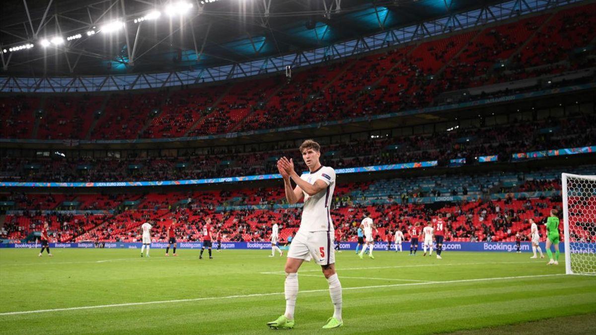 John Stones applaude i tifosi all'uscita dal campo a Wembley - Repubblica Ceca-Inghilterra Euro 2020