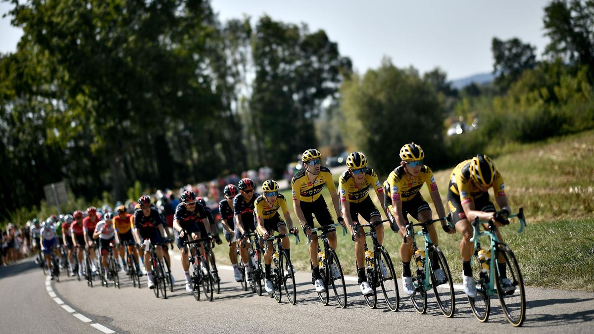 La Jumbo-Visma emmène le peloton devant les INEOS Grenadiers dans la 15e étape du Tour de France 2020