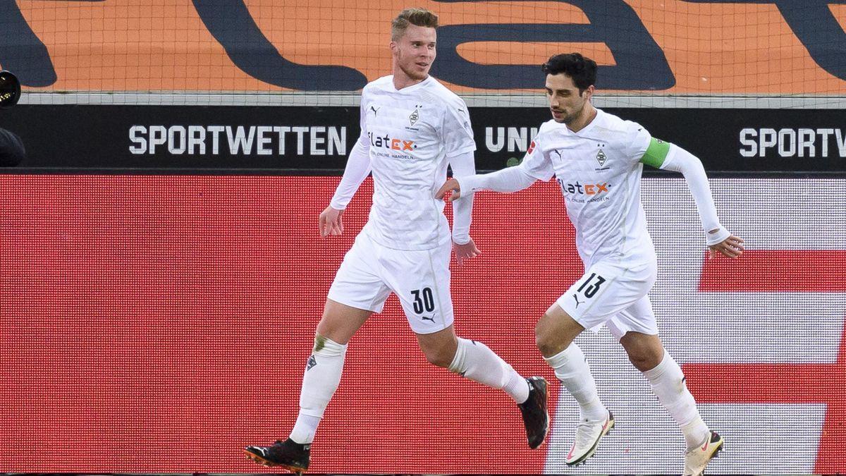 Nico Elvedi (links) bleibt Borussia Mönchengladbach erhalten