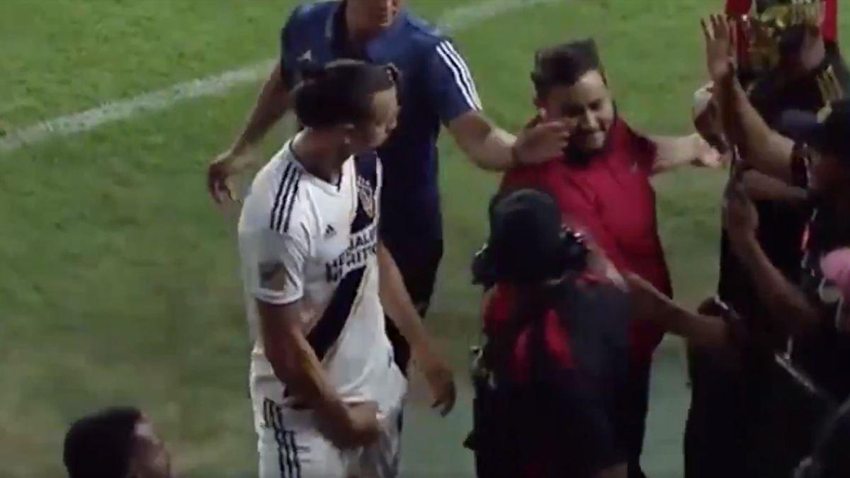Ibrahimovic, gestaccio ai tifosi