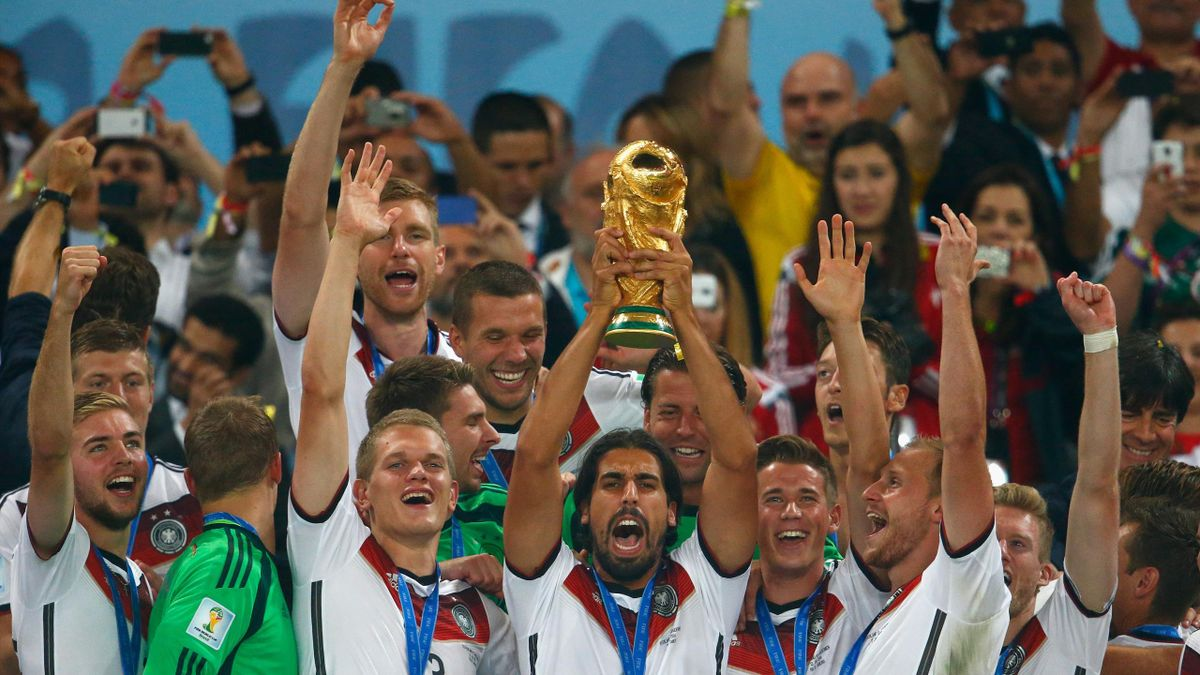 Sami Khedira stemmt in Rio de Janeiro den WM-Pokal in die Höhe