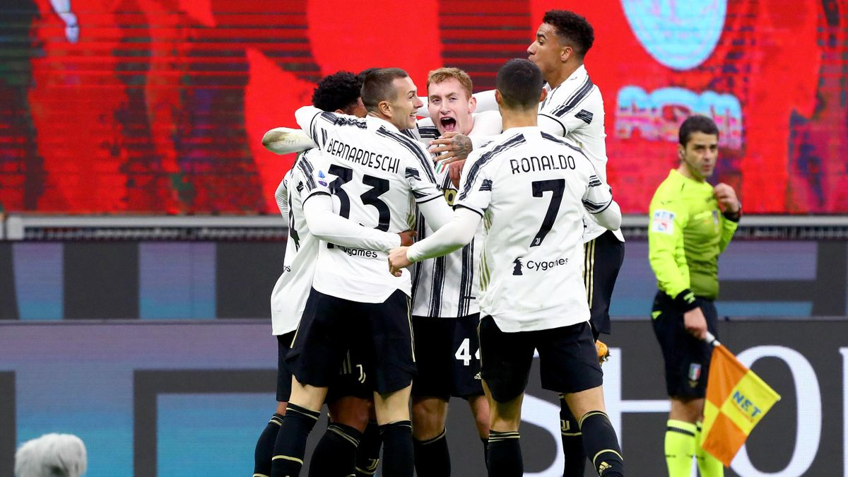 La Juventus esulta in massa dopo il gol del 3-1 sul campo del Milan, Serie A 2020/21