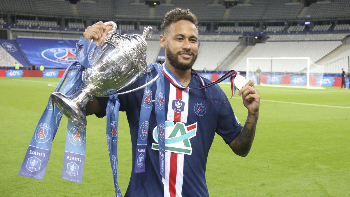 Neymar avec le trophée de la Coupe de France, le 24 juillet 2020