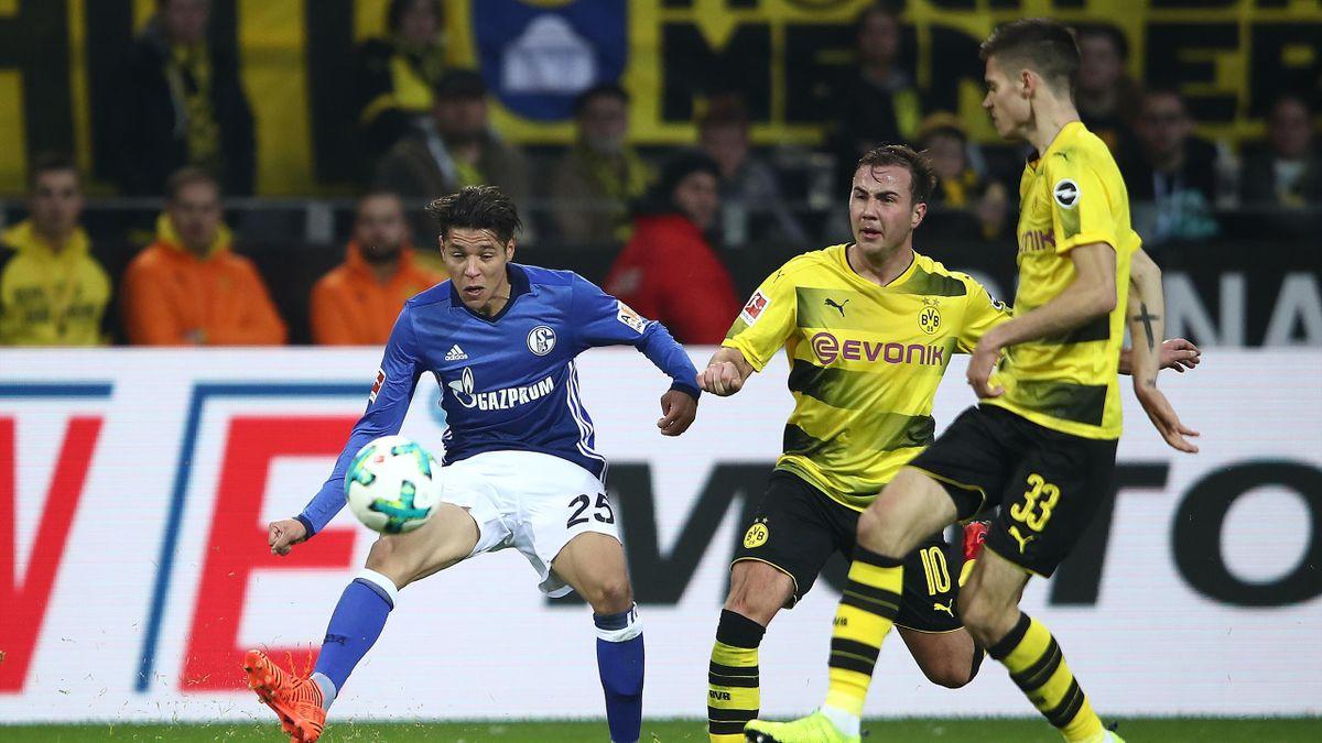 Amine Harit und Mario Götze im Bundesliga-Spiel zwischen Borussia Dortmund und FC Schalke 04